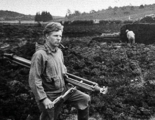 Arheologul Peter Vilhelm Glob într-o turbărie.