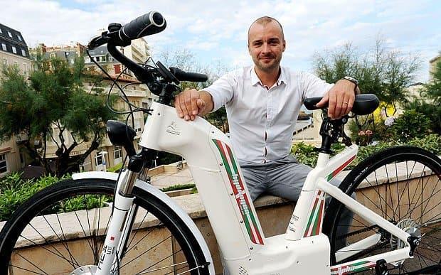 Pierre Forté (CEO al companiei Pragma Industries) testează bicicleta electrică pe bază de hidrogen.