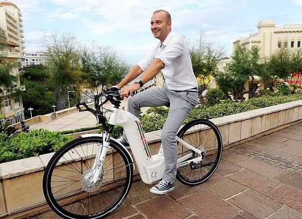 Bicicleta electrică Alpha poate parcurge o distanță de 100 km cu o singură încărcare.