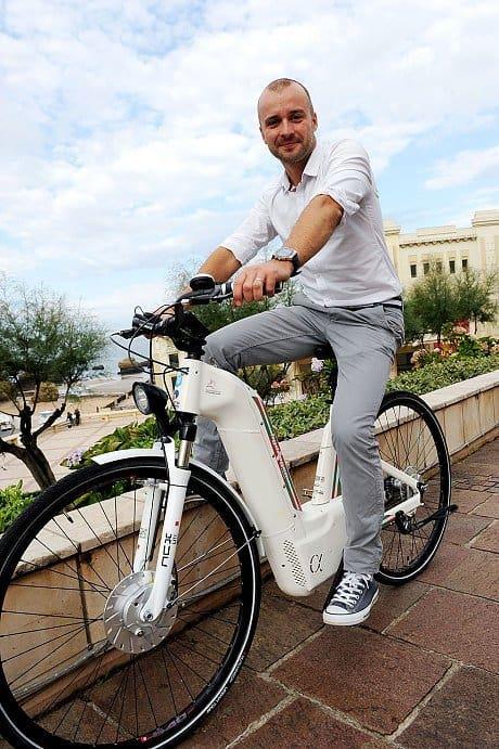 Prima bicicletă electrică din lume care merge pe HIDROGEN si emite apă pură